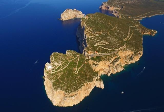 Panoramica aerea del faro e del promontorio