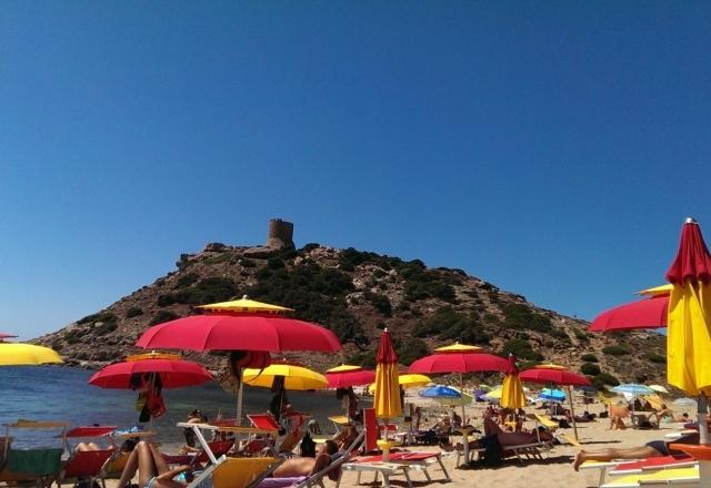 Ombrelloni colorati nella spiaggia