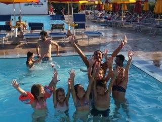 Bambini nella piscina con animatori